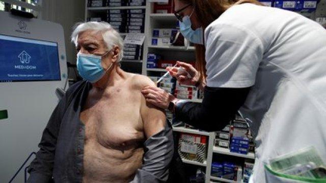 Vacunación con AstraZeneca en Francia. REUTERS