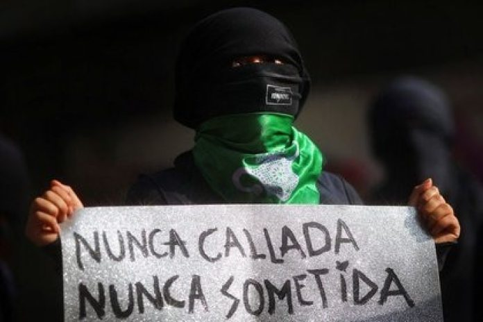 Las llamadas al 911 con respecto a violencia de género declinaron en noviembre (Foto: Edgard Garrido/ Reuters)