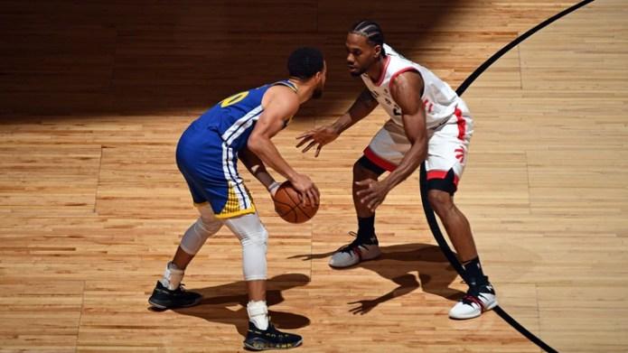 El encuentro entre Leonard y Curry (AFP)