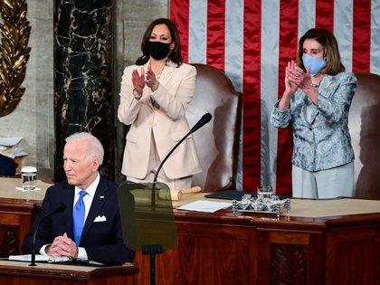 La vicepresidenta de los Estados Unidos, Kamala Harris, y la presidenta de la Cámara de Representantes, Nancy Pelosi, aplauden cuando el presidente de los Estados Unidos, Joe Biden, llega para pronunciar su primer discurso en una sesión conjunta del Congreso en la cámara de la Cámara del Capitolio de los Estados Unidos en Washington.  Jim Watson/Pool via REUTERS