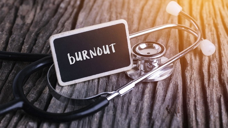 La OMS definió al burnout como un síndrome resultante de un estrés crónico en el trabajo que no fue gestionado con éxito (Shutterstock)