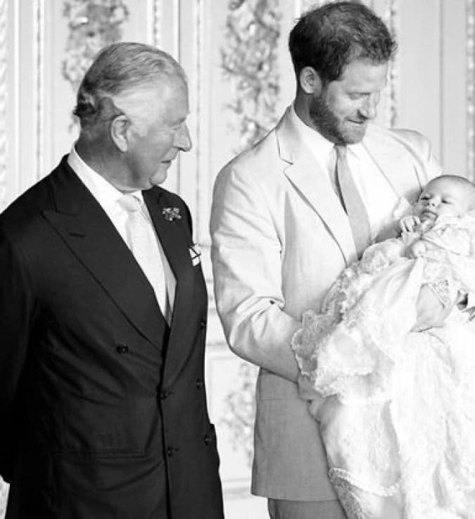 El príncipe Carlos compartió esta imagen con su hijo y nieto