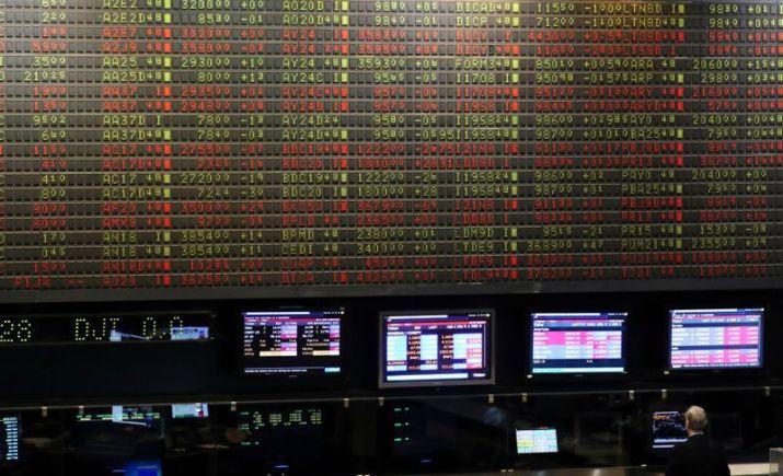 Operadores trabajan en el recinto de la Bolsa de Comercio de Buenos Aires. (Reuters)