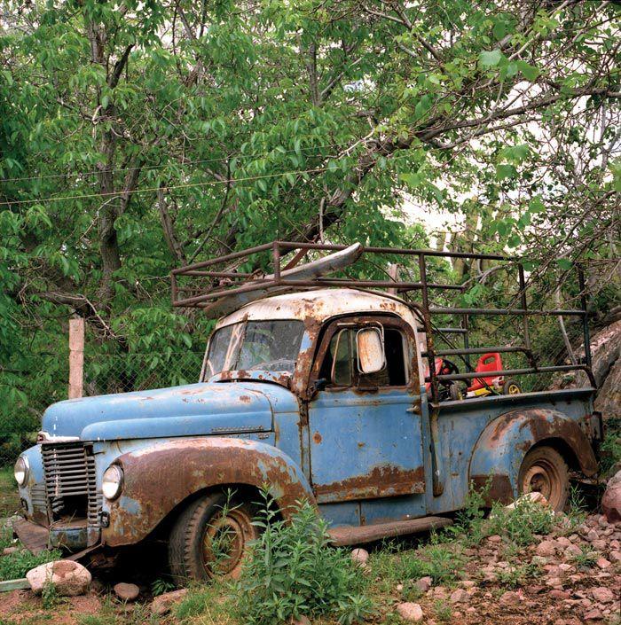 Un pueblo aislado de no más de 300 habitantes, una sola calle principal y una vieja camioneta: imágenes de una aldea que mantiene viva su historia en la memoria de sus habitantes (Paola de Grenet/Etiqueta Negra)