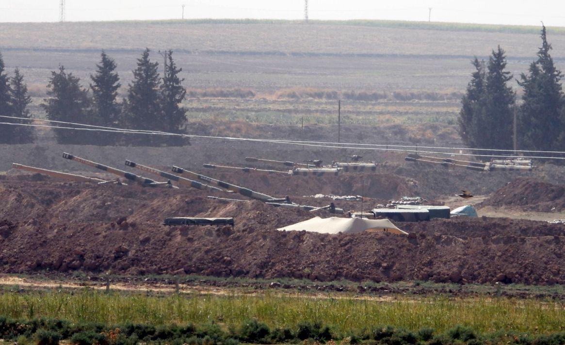 En esta imagen del pasado domingo, piezas de artillería turcas se ven en nuevas posiciones cerca de la frontera con Siria, en la provincia turca de Sanliurfa (AP)