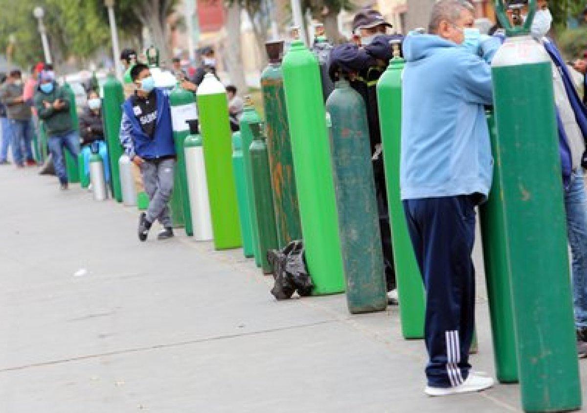 12/06/2020 Personas haciendo cola para llevar oxígeno a pacientes con coronavirus en Perú POLITICA INTERNACIONAL Cesar Lanfranco/dpa