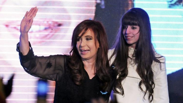 La ex Jefa de Estado junto a su hija, Florencia (NA)