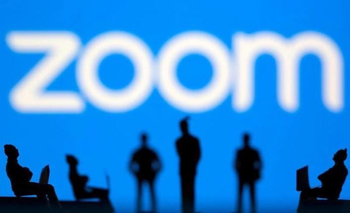 IMAGEN DE ARCHIVO. Una ilustración del logo de Zoom detrás de figuritas de juguete, tomada el 15 de Marzo de 2021. REUTERS/Dado Ruvic/Ilustración