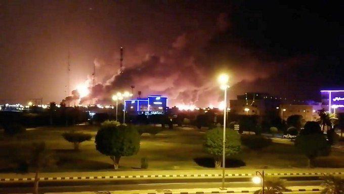 Imágenes del sábado por la noche que muestran el daño que se produjo en la refinería de la gigante petroleraestatal Aramco