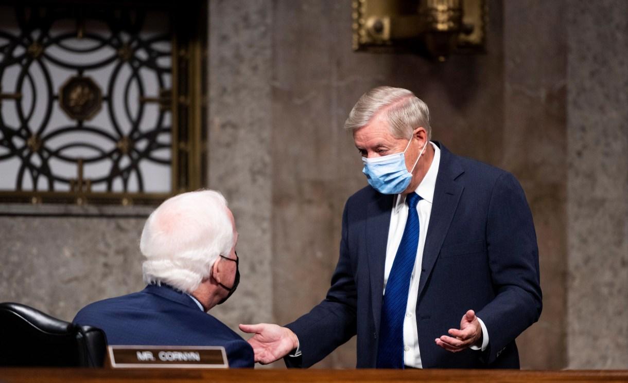 El senador Lindsey Graham hablando con el Senator John Cornyn. Bill Clark/Pool via REUTERS