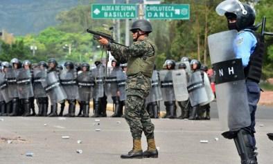 Soldados toman posiciones durante la protesta de los estudiantes en Tegucigalpa (AFP)