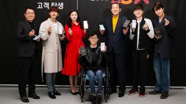 """Yoo Young-sang (izquierda), director del negocio MNO de SK Telecom, posando con los primeros suscriptores de teléfonos inteligentes 5G de la empresa, los miembros del grupo K-pop EXO Baek-hyun (2ª izquierda) y Kai (derecha), el medallista olímpico Kim Yu-na (3ª izquierda), El jugador de deportes electrónicos """"Faker"""" Lee Sang-hyeok (2ª derecha), el paracaidista Yoon Sung-hyuk (centro) y el suscriptor más antiguo de SK Telecom, Park Jae-won (3ª derecha), durante una ceremonia de lanzamiento de 5G en la sede de la empresa en Seúl. (AFP)"""