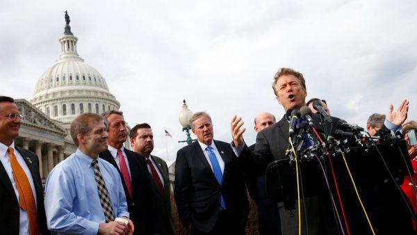 El senador Rand Paul junto con otros legisladores contrarios al proyecto de reforma presentado por los republicanos durante una conferencia de prensa en Washington (Reuters)