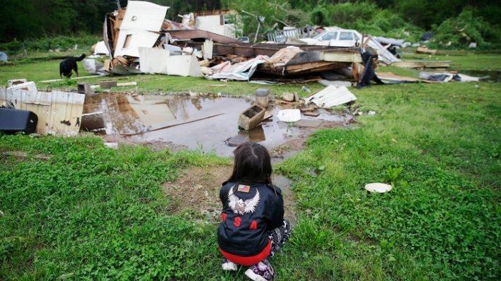Una niña de cinco años observa los destrozos provocados por los tornados en Chatsworth, Georgia (AP/Brynn Anderson)