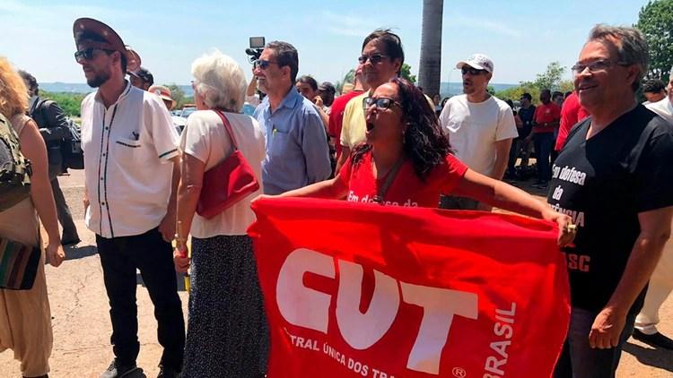 Un grupo reducido de chavistas y militantes de izquierda brasileños se acercó a las puertas de la embajada (Crédito: Fernanda Kobelinsky)