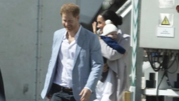 Meghan Markle y el príncipe Harry llegaron en un avión comercial junto a su bebé (Twitter: @CarolynDurand)