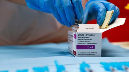 """Italia, España, el Reino Unido, Países Bajos y Bélgica mantienen o anunciaron restricciones ante la afirmación de la Agencia Europea del Medicamento de una """"posible relación"""" con casos inusuales de coagulación sanguínea. Reino Unido limitará su uso para menores de 30 años."""