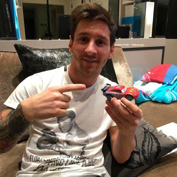 """""""Flota como una mariposa, pica como una abeja"""", la remera que utilizó Messi en el pasado"""