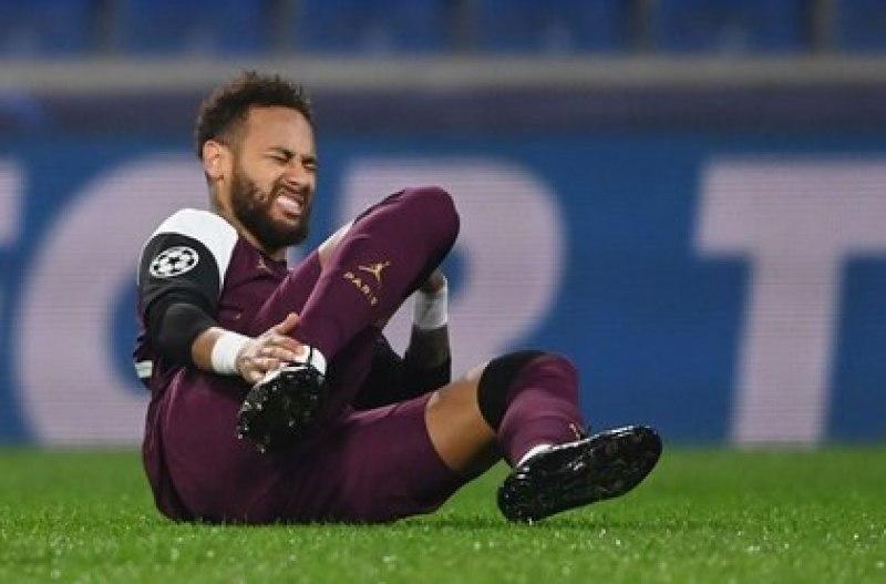 Foto de archivo de Neymar tras sufrir la lesión en un partido del PSG por Liga de Campeones. 28 de octubre 2020. REUTERS/Ozan Kose