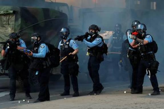 Oficiales de policía durante una protesta por la muerte de George Floyd. Foto: REUTERS/Lucas Jackson