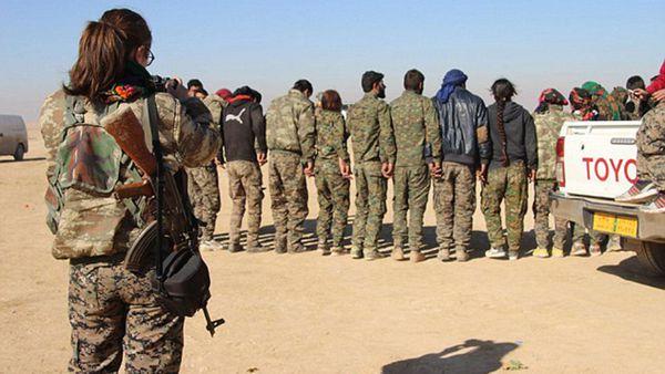 Taylor fotografiando el entrenamiento militar kurdo