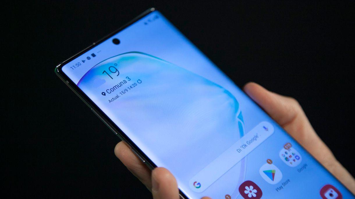 La puntuación de brillo máximo del Galaxy Note10+ de 1308 nits y representa una mejora del 25% con respecto al Galaxy Note 9 (1050 nits)