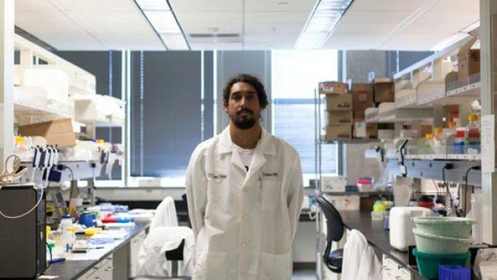 Cliff Kapono, un bioquímico de 29 años está estudiando las bacterias que habitan en el océano (Ariana Drehsler – The New York Times)