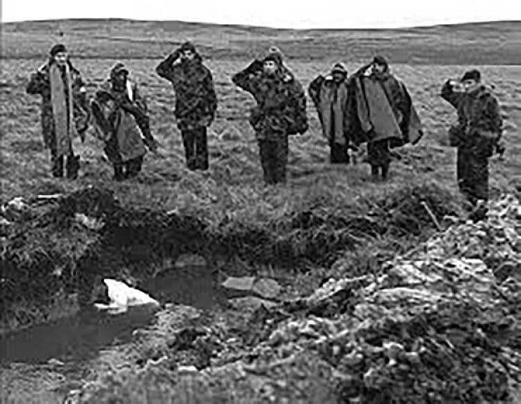 El entierro en Darwin, con respeto ingleses y argentinos despidieron a los héroes muertos en la batalla