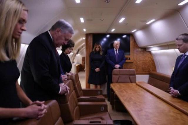 El presidente estadounidense Donald Trump, su esposa Melania y una comitiva guardan un minuto de silencio a bordo del Air Force One, en camino a los actos conmemorativos por el ataque terrorista de 11 de septiembre de 2001 en Nueva York (REUTERS/Jonathan Ernst)