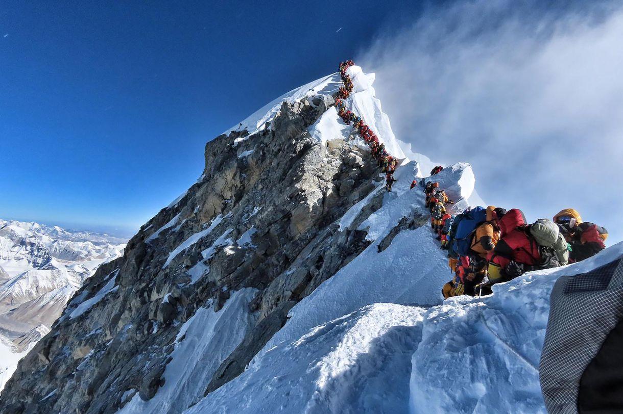 Esta foto tomada el 22 de mayo de 2019 y publicada por la expedición Proyecto Posible del escalador Nirmal Purja muestra el intenso tráfico de alpinistas que se alinean para pararse en la cima del Monte Everest. – Muchos equipos tuvieron que hacer fila durante horas el 22 de mayo para llegar a la cima, arriesgándose a sufrir heladas y el mal de altura, ya que una avalancha de escaladores marcó uno de los días más ocupados en la montaña más alta del mundo. (Foto: Folleto / Proyecto posible / AFP)