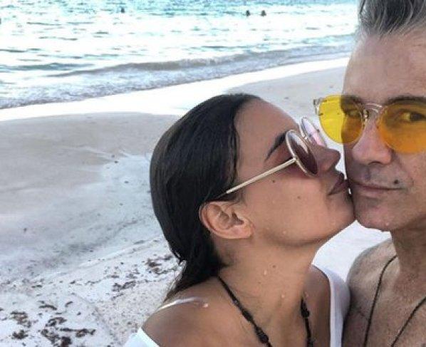 Fernando Carrillo junto con su esposa María Gabriela Rodríguez en la playa (Instagram: @ferrcarrillo)