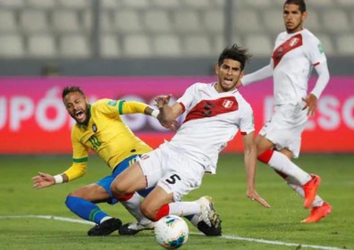 El jugador de Perú Carlos Zambrano marca al brasileño Neymar en la jugada que desembocó en un tiro penal (Paolo Aguilar/Pool vía REUTERS)