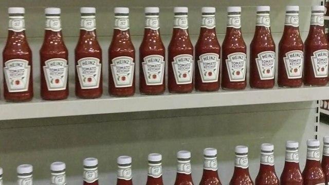 Todo el frente del supermercado, más de diez góndolas, están ocupadas únicamente por Ketchup marca Heinz. Me fijo el precio: seis mil bolívares, dos dólares