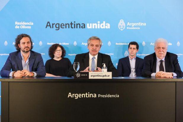 El presidente junto a parte de su Gabinete, durante el anuncio del sábado por la noche