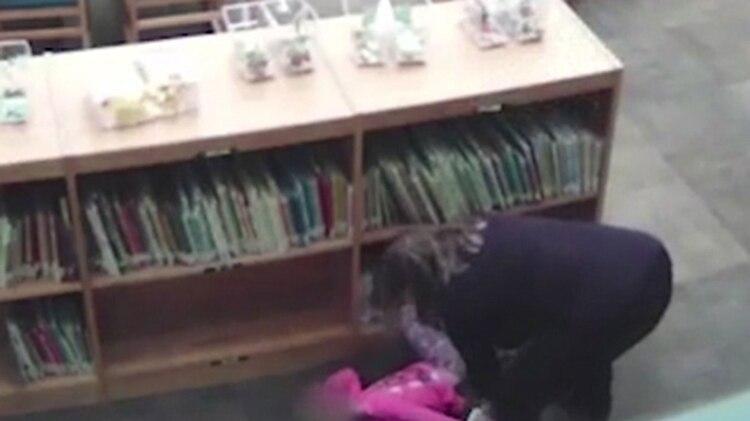 El momento en el que la maestra Crystal Smith arrastra a la niña fuera de la estantería