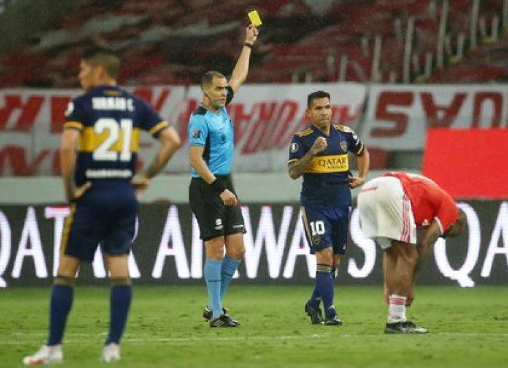 Por sacarse la camiseta en el gol, el urugayo Ostojich le mostró la tarjeta amarilla (REUTERS/Diego Vara)
