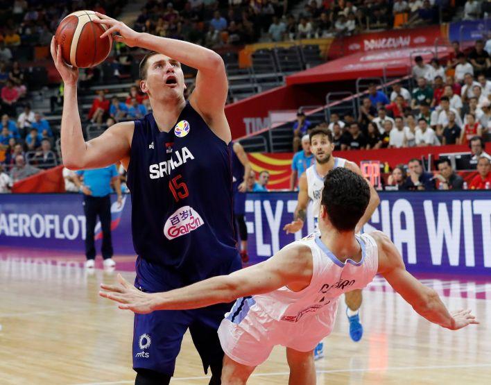 Nikola Jokic contra el joven Agustín Caffaro que parece flotar en la defensa