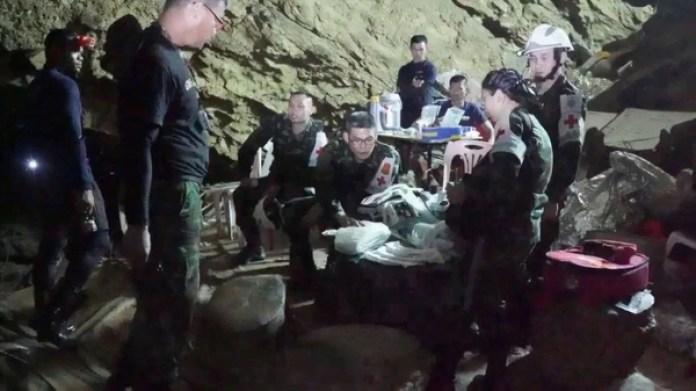 Socorristas montaron una estación dentro de la cueva para atender a los niños y al entrenador.