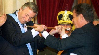 Eduardo Duhalde le entrega el bastón presidencial a Néstor Kirchner en 2003 (NA)