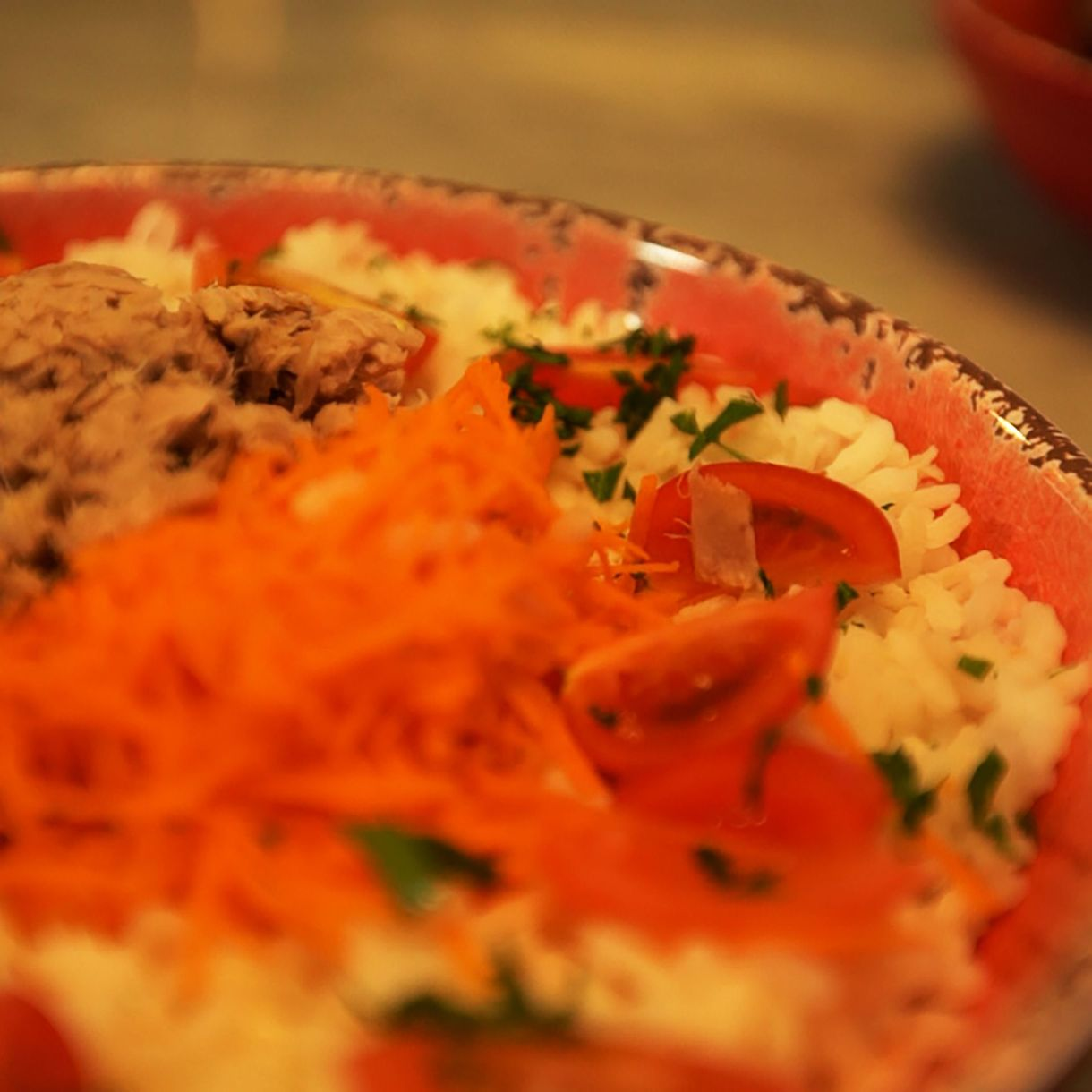 Ensalada con atún, arroz tomate y zanahoria
