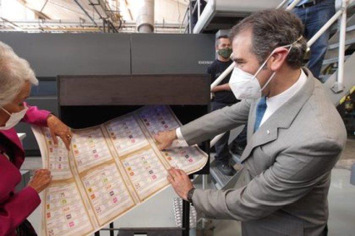 Córdova verificando las boletas electorales que se utilizarán el próximo 6 de junio  (Foto: Twitter/lorenzocordovav)