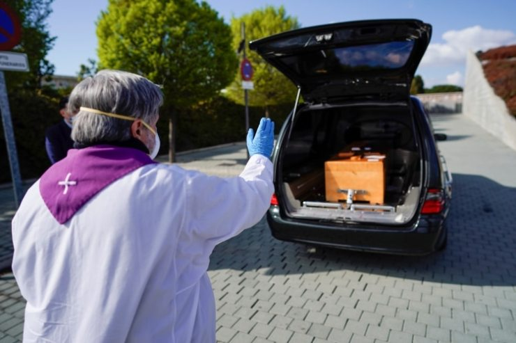 Las autoridades sanitarias buscan evitar que el virus se propague en los cementerios (REUTERS/Juan Medina)