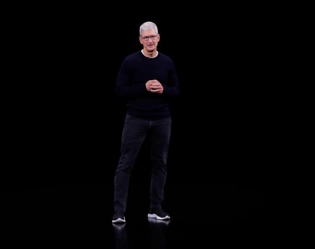 """A principios de abril, el consejero delegado de Apple, Tim Cook, dio la señal más clara hasta la fecha sobre el interés de la compañía por los vehículos autónomos al apuntar que """"un auto autónomo es un robot"""" y añadir: """"Ya veremos lo que Apple hace"""" con el transporte sin conductor. EFE/EPA/JOHN G. MABANGLO/Archivo"""