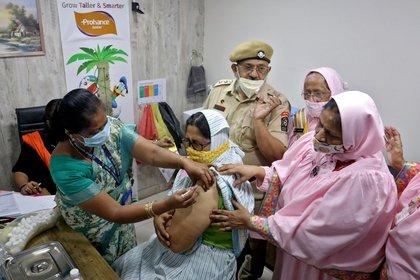Una mujer se vacuna con el COVID-19 en India