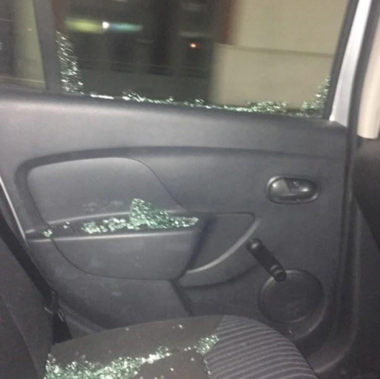 Así quedó uno de los vidrios de un auto atacado por taxistas