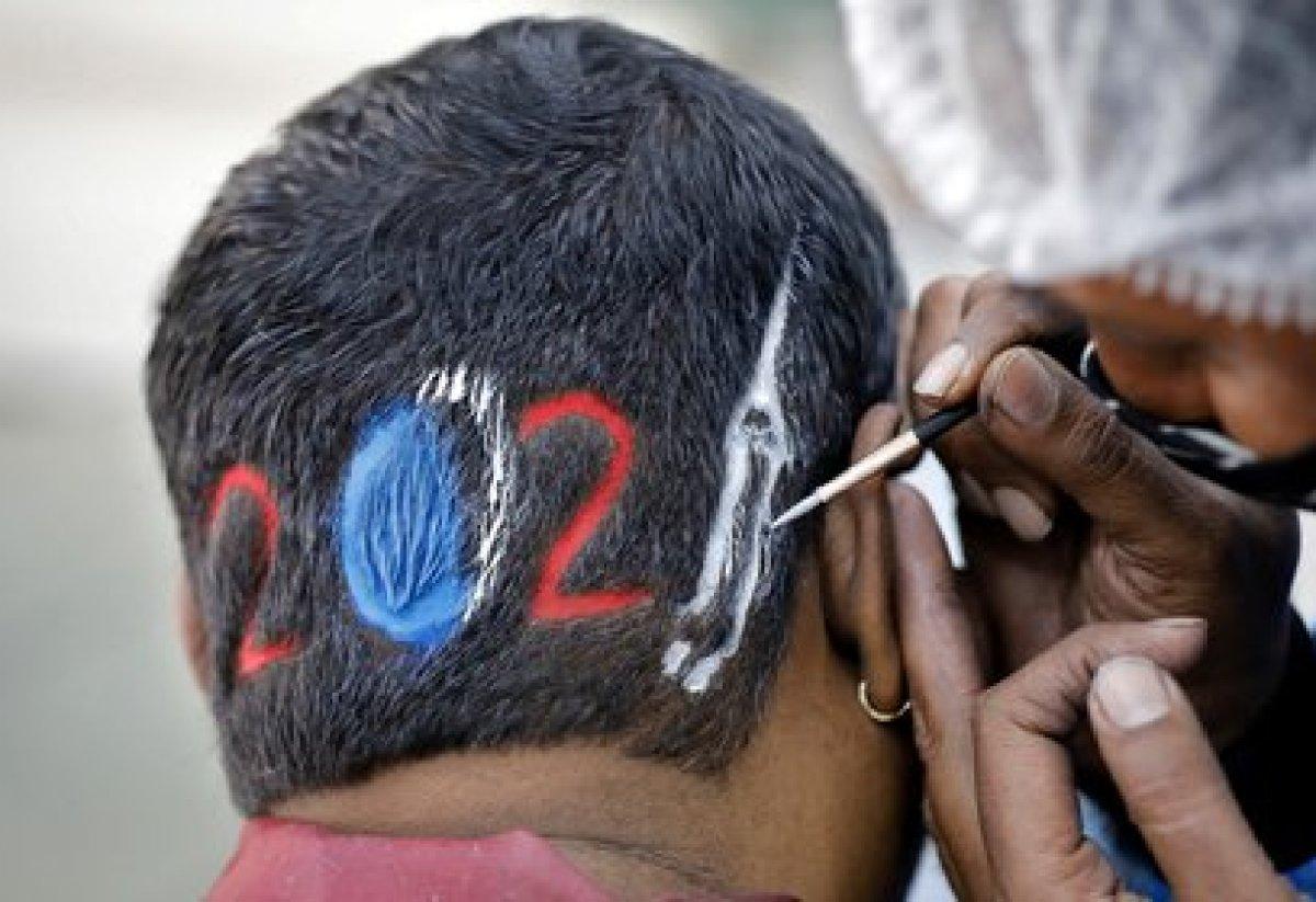 Un peluquero diseña un corte para un cliente que espera con ansias la llegada del 2021 en Ahmedabad, India (Reuters/ Amit Dave)