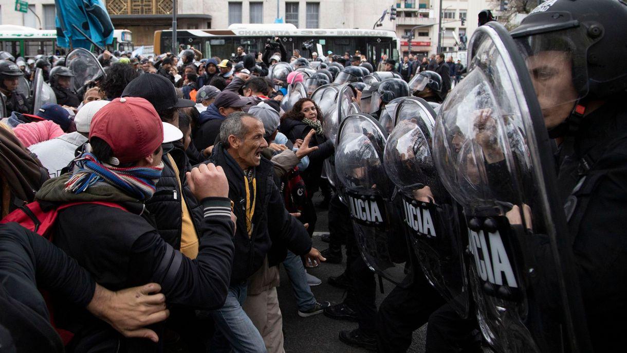 Incidentes entre manifestantes y policias de la Ciudad frente al ministerio de Desarrollo Social durante la marcha del miércoles