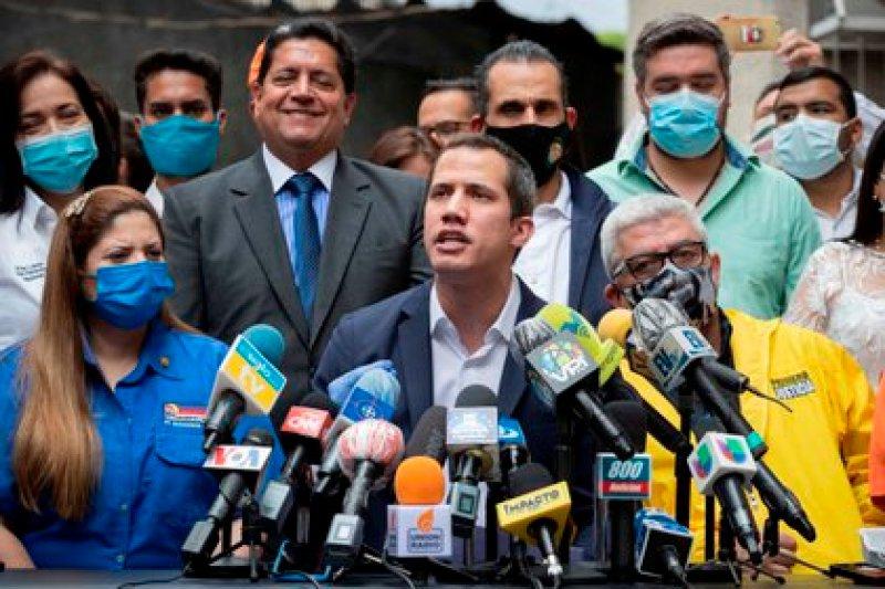 Juan Guaidó convocó a todos los líderes de la oposición a una unidad, y llamó a no participar de las elecciones parlamentarias convocadas por el chavismo (EFE)