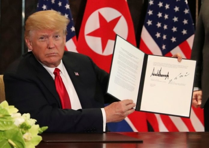 Donald Trump muestra del documento firmado. (REUTERS/Jonathan Ernst)