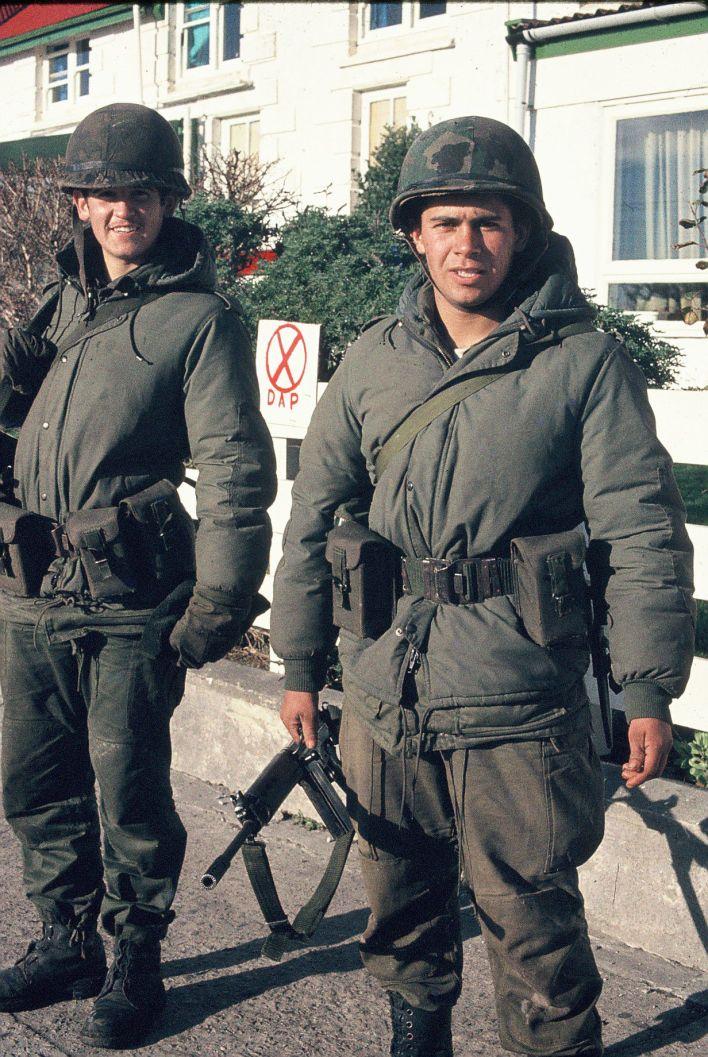 Los soldados Echave y Benítez, frente al hotel donde se hospedaba Rotondo.
